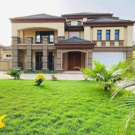 Luxurious 6 Bedroom House with Swimming Pool